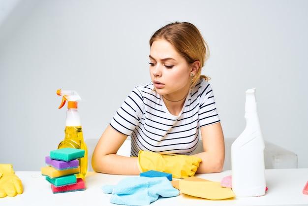 Donna emotiva detergente pulizia strumento lavori domestici