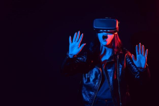 Donna emotiva in occhiali moderni per un'esperienza di realtà virtuale e immersiva. moderne tecnologie di realtà aumentata