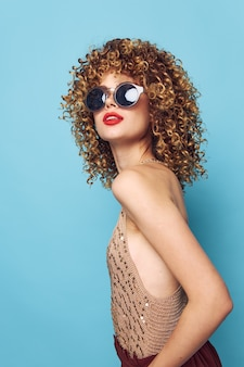 Donna emotiva stile di vita di studio di occhiali scuri labbra rosse