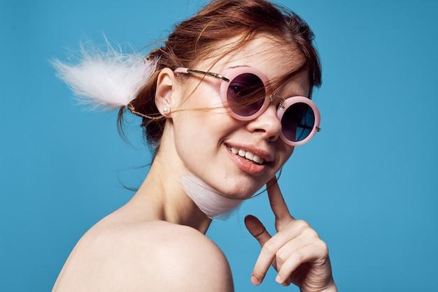 Donna emotiva che indossa occhiali da sole spalle nude fashion glamour