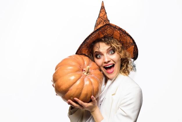 Donna emotiva in costume di halloween da strega con jack o lantern strega felice con ragazza zucca con