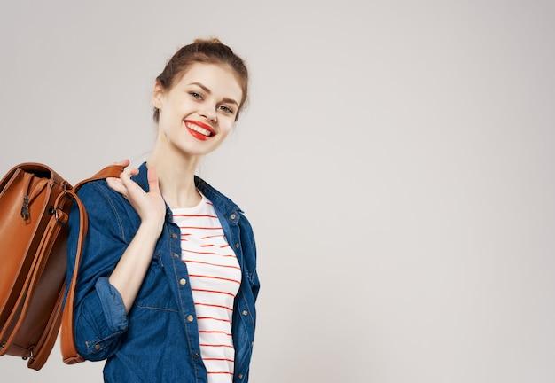 Donna emotiva con zaino studio isolato moda di sfondo