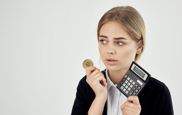 Donna emotiva con calcolatrice cryptocurrency bitcoin finanziaria.