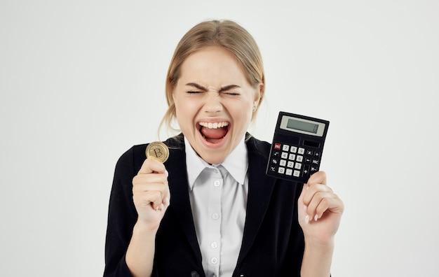 Donna emotiva con calcolatrice cryptocurrency bitcoin finanziaria