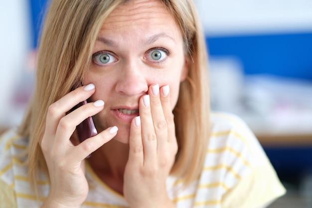Donna emotivamente confusa che parla al telefono ricevendo cattive notizie dal concetto di telefono phone