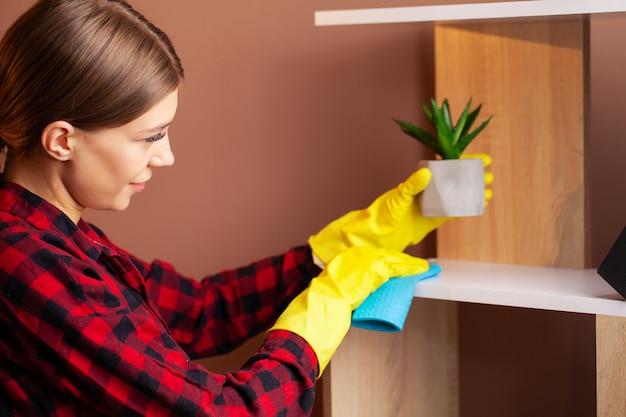 Un dipendente della società di pulizie esegue gli ordini per la pulizia degli uffici