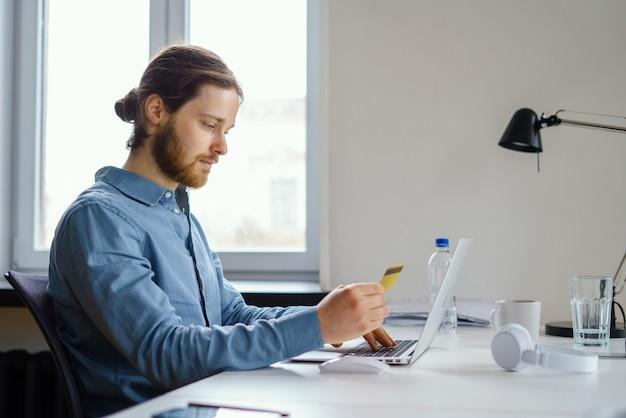Privacy dei dati dei dipendenti al lavoro prenotazione e acquisto con carta di credito online nell'area di lavoro