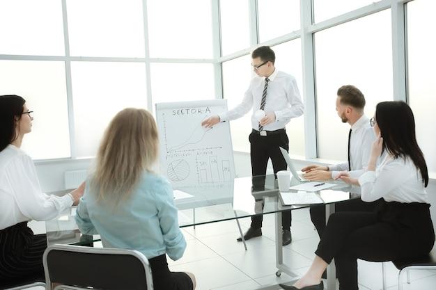 Dipendente che spiega ai suoi colleghi il nuovo piano aziendale