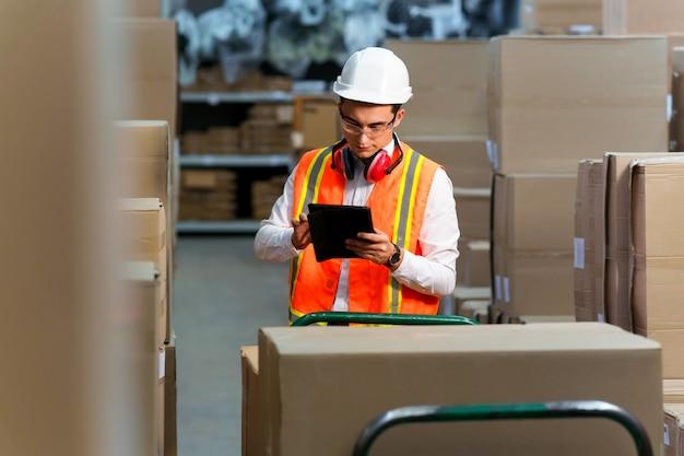 Un dipendente di un magazzino logistico effettua un inventario dei prodotti
