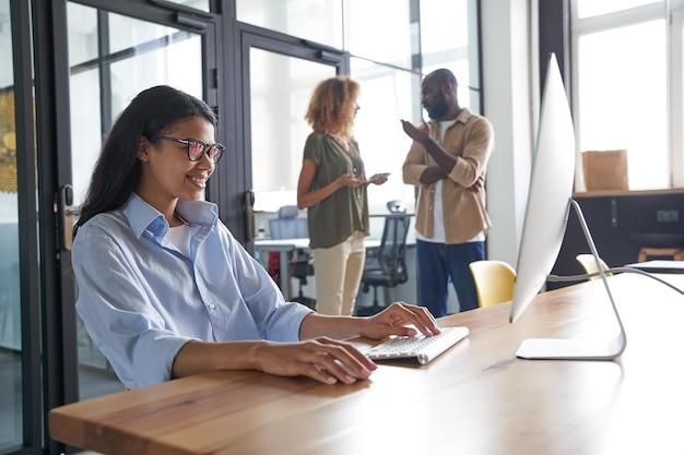 Dipendente che parla con il cliente tramite social network