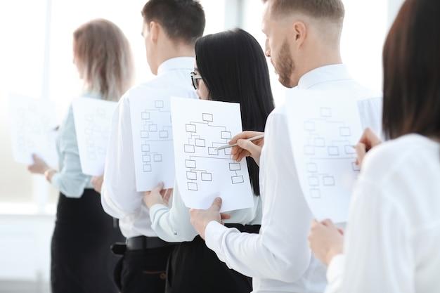 Dipendente con uno schema di marketing in fila per un colloquio. concetto di affari