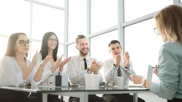 I dipendenti hanno applaudito in una riunione di lavoro in ufficio