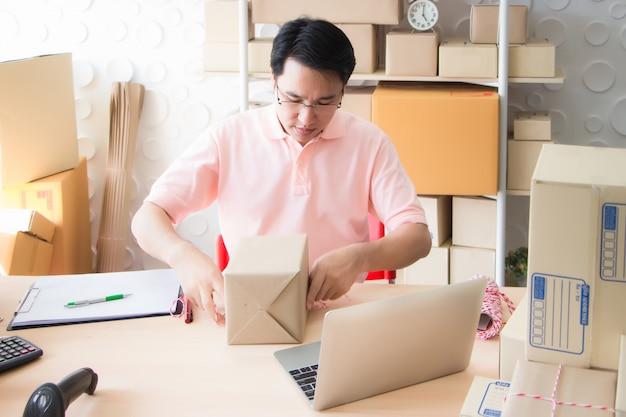 I dipendenti stanno imballando i prodotti che sono stati ordinati dal sito web e dal reparto vendite dell'applicazione per consegnare i prodotti