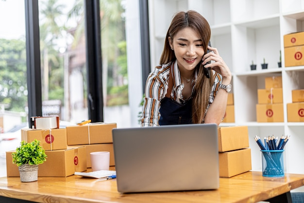 I dipendenti stanno scrivendo le spedizioni dei clienti per ordinare prodotti tramite siti web online e consegnare prodotti tramite servizi di trasporto privati. concetti di vendita di prodotti online. copia spazio.