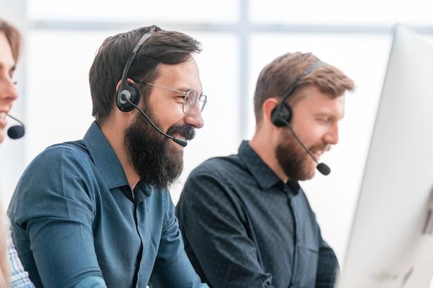 Dipendenti del business center negli accessori seduti alla scrivania