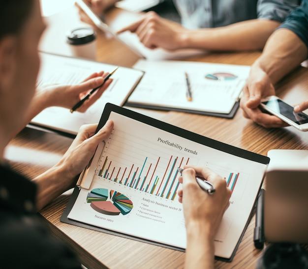 Dipendenti che discutono di documenti finanziari sul posto di lavoro