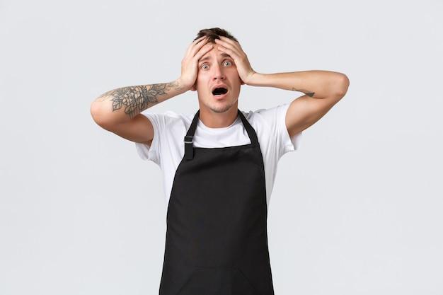 Dipendenti, negozi di alimentari e concetto di caffetteria. barista scioccato di fronte al disastro, a corto di ghiaccio in estate, in preda al panico e urlando ansioso, tenendosi per mano sulla testa fissando nervosamente la telecamera