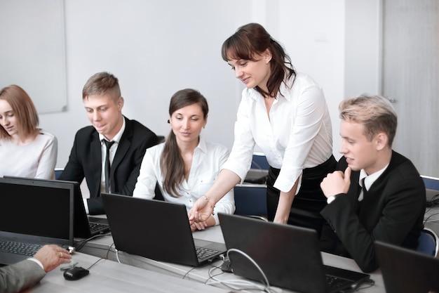 Dipendenti che prendono decisioni aziendali eccellenti