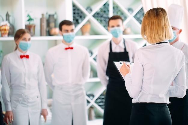 Dipendenti di un ristorante o di un hotel con maschere protettive