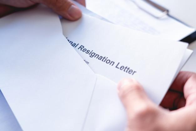 Dipendenti che intendono smettere di lavorare con lettere di dimissioni per dimissioni o cambio di lavoro che lasciano l'ufficio, disoccupazione, concetto di dimissioni
