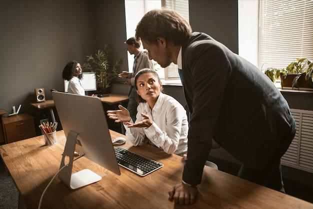 I dipendenti lavorano duramente nel team per consegnare il progetto
