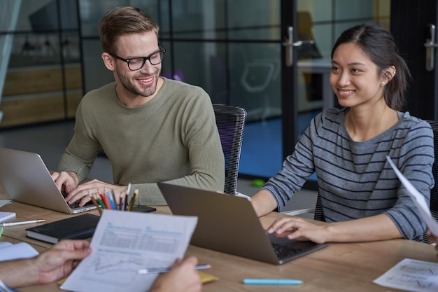Dipendenti che lavorano su laptop durante l'incontro con i partner