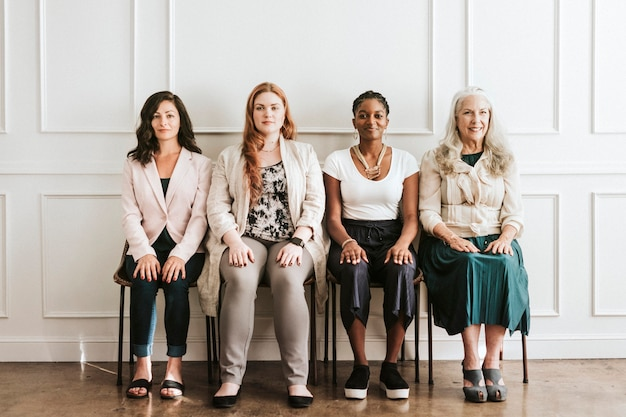 Dare potere a splendide imprenditrici sedute insieme