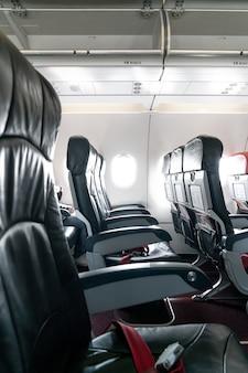 Sedili e finestrini vuoti degli aerei