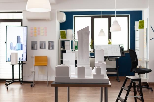 Ufficio architettonico vuoto e posto di lavoro con scrivania tavolo design sedia da tavolo interni professionali per...