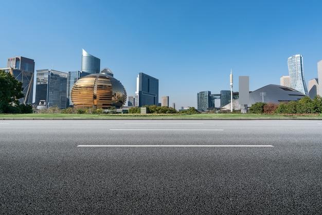 Strada asfaltata vuota e skyline della città e paesaggio edilizio, cina.