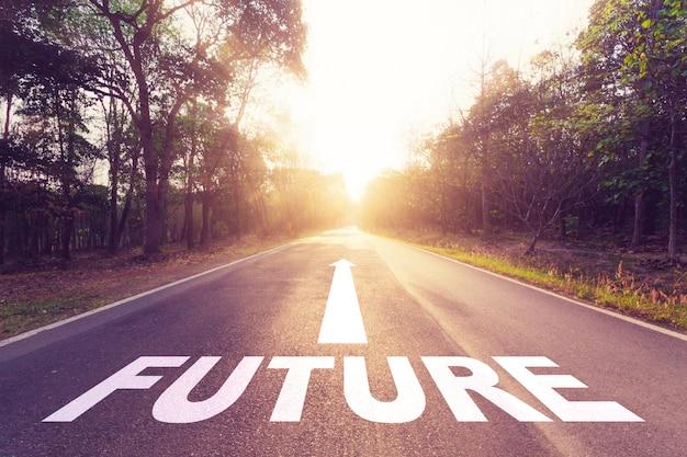 Strada asfaltata vuota e concetto futuro.