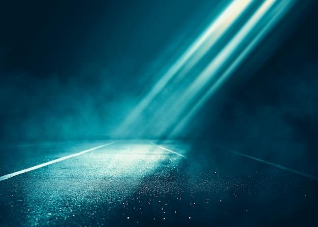 Scena di sfondo vuoto. riflessione di strada buia su asfalto bagnato. raggi di luce al neon nel buio, figure al neon, fumo. sfondo di spettacolo teatrale vuoto. astratto sfondo scuro