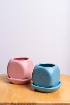 Vaso di fiori di argilla vuoto e bello sul tavolo di legno