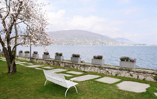 Una panchina vuota in riva al mare all'inizio della primavera