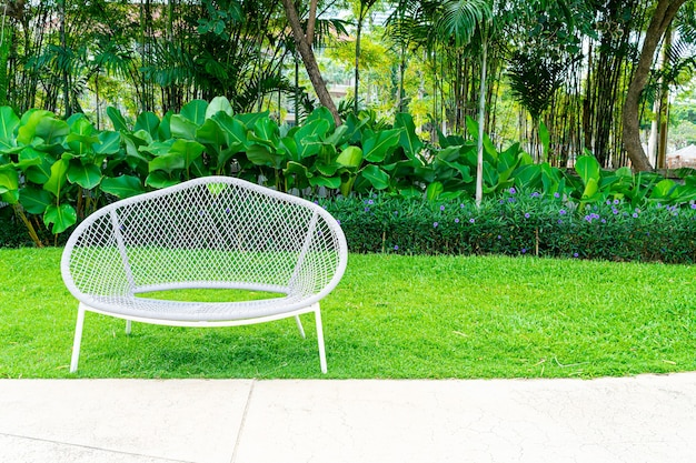 Decorazione panchina vuota nel parco giardino