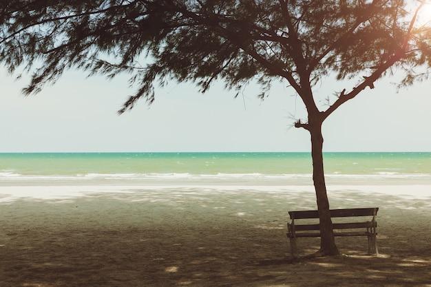Panchina vuota e tranquilla spiaggia del mare calmo