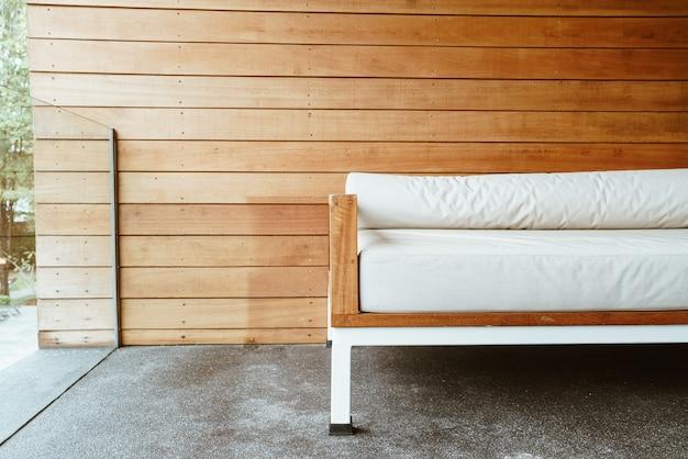 Divano panca vuoto o divano letto sul balcone per il relax