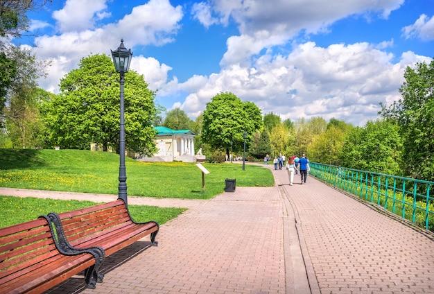 Banchi vuoti e il padiglione del palazzo a kolomenskoye a mosca in una giornata di sole estivo