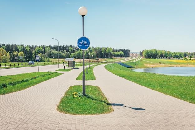 Bicicletta vuota e percorso a piedi vicino alla strada.