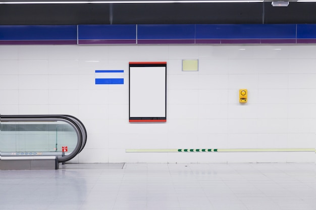 Un cartellone vuoto per la pubblicità sul muro nella stazione della metropolitana Foto Premium