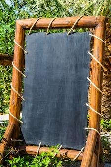 Lavagna nera vuota, scheda menu in un ristorante