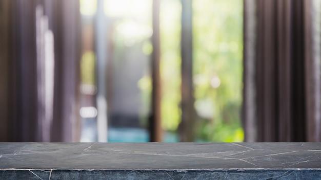 Piano d'appoggio di pietra di marmo nero vuoto ed interno domestico vago con il fondo della finestra della tenda - può essere utilizzato per visualizzare o montare i tuoi prodotti.