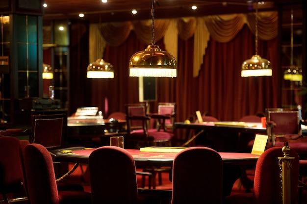 Un tavolo da blackjack vuoto in un casinò.
