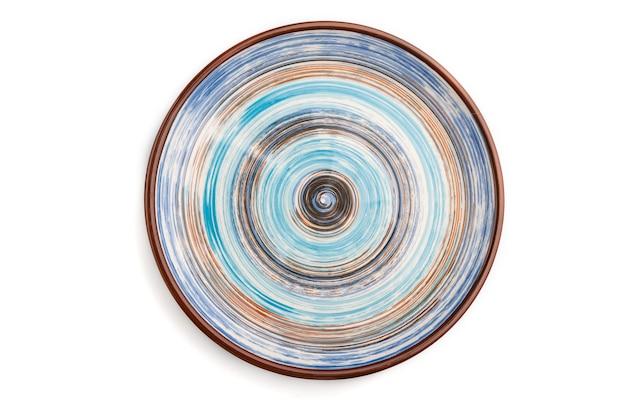 Piatto in ceramica blu vuoto isolato su priorità bassa bianca. vista dall'alto, piatto laico, da vicino.