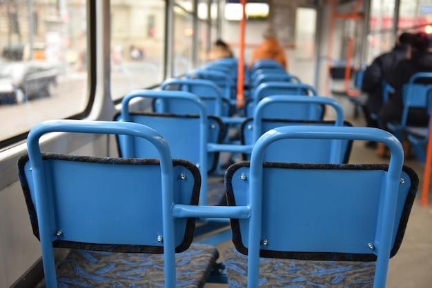 Sedie blu vuote sul tram vuoto, riga lettonia.