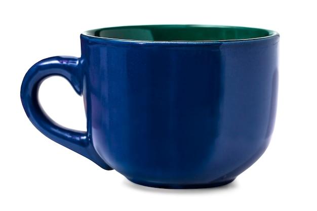 Tazza blu vuota isolata su sfondo bianco