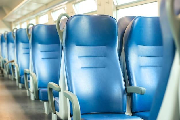 Sedili blu vuoti in treno moderno europeo