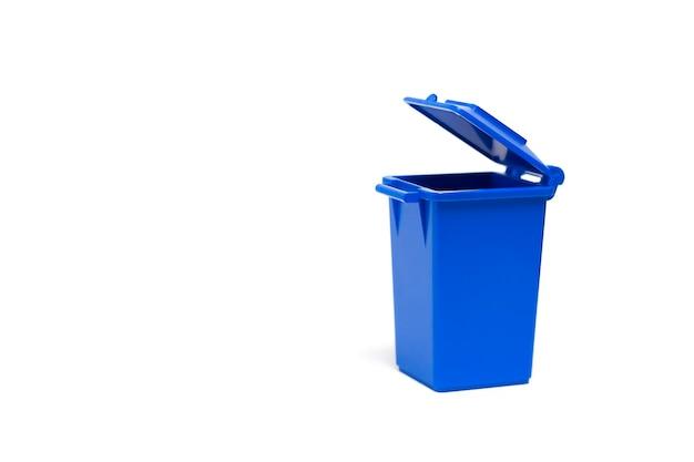 Pattumiera vuota blu su sfondo bianco