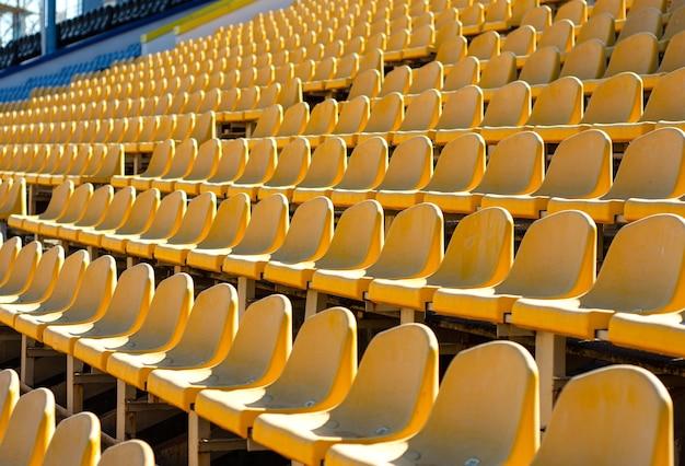 Sedili vuoti dello stadio blu e giallo
