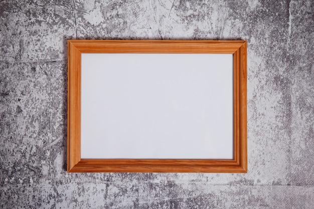 Cornice vuota in stile boho su sfondo di cemento. segnaletica orizzontale con layout di struttura in legno chiaro bianco isolata per opere d'arte, scritte o logo. spazio di copyright per il sito